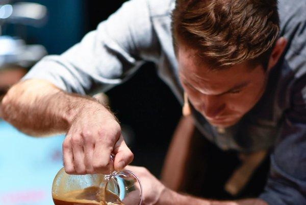 Pozorná príprava. Príprava kávy účastníkmi pripomínala miestami alchýmiu.
