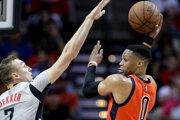 Sam Dekker z Houstonu (vľavo) sa pokúša zblokovať prihrávku Russella Westbrooka.