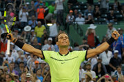Rafael Nadal sa teší po víťazstve nad Philippom Kohlschreiberom.