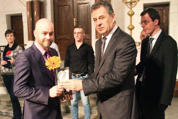 Pred rokom prevzal cenu pre najúspešnejšieho športovca Nitry z rúk primátora Jozefa Dvonča hokejbalista Stanislav Petrík, člen tímu majstrov sveta.