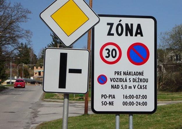 Obmedzenie sa netýka parkoviska na konečnej zastávke MHD. Zmena nastala aj v obmedzení rýchlosti na max. 30 km/h.