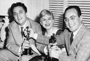 Federico Fellini, Giulietta Masina a Dino De Laurentiis s Oscarmi za film La Strada