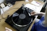 Záujem diskofilov o kvalitu stúpa. Pozrite si výrobu gramofónov v Česku