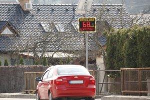 Radar meria rýchlosť pri vstupe do Dubnice od Kanianky.