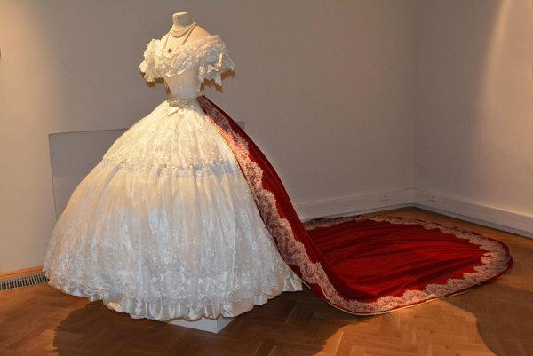 Ťažká paráda. Plesové šaty vážili desať kíl a trojmetrová červená vlečka pridávala cisárovnej ďalších sedem kíl.