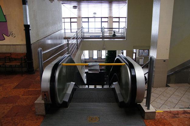 Neuveriteľne dlhé čakanie. Pohyblivé schody na stanici v Štrbe sa pokazili necelý rok po ich inštalovaní v roku 1969. Až teraz sa chystá ich výmena, aby mohli opäť uľahčiť cestujúcim prestup z vlaku na ozubnicovú železnicu, ktorá vedie do Vysokých Tatier.