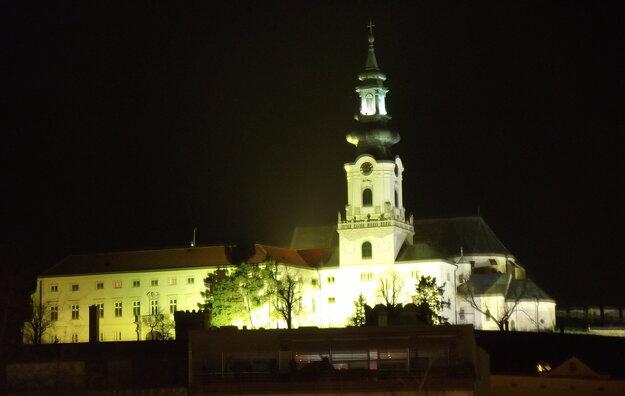 Hrad nie je osvetlený z každej strany rovnako. Podľa mesta nefunguje šestnásť reflektorov.