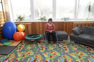 Klientka Centra sociálnych služieb Domino v priestoroch centra, kde začínajú poskytovať službu včasnej intervencie.