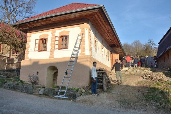 Kurz permakultúry vBrdárke. Dom opravený pomocou permakultúrneho dizajnu.