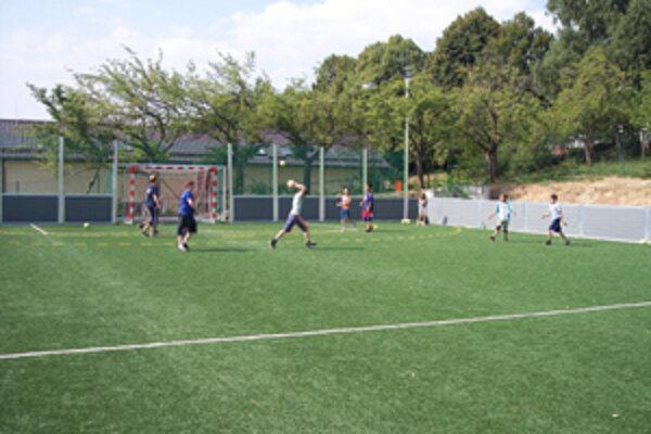 Nové ihrisko je v školskom areáli v Bojniciach.