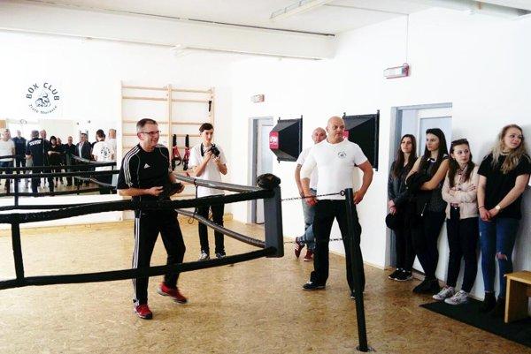 Na otvorenie Box clubu prišiel skúsený odborník Tibor Hlavačka. Boxu sa budú venovať aj dievčatá (na snímke vpravo).