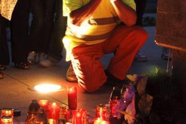 Občania Handlovej, Prievidze, ale aj v iných mestách zapaľujú sviečky, aby si uctili pamiatku mŕtvych baníkov.