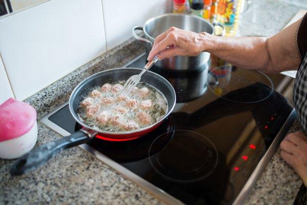 Použitý olej z domácností končí vo väčšine prípadov v kanalizácii, čo je problém.