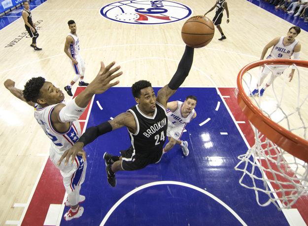 Hráč Brooklynu Rondae Hollis-Jefferson smečuje v zápase proti Philadelphii.