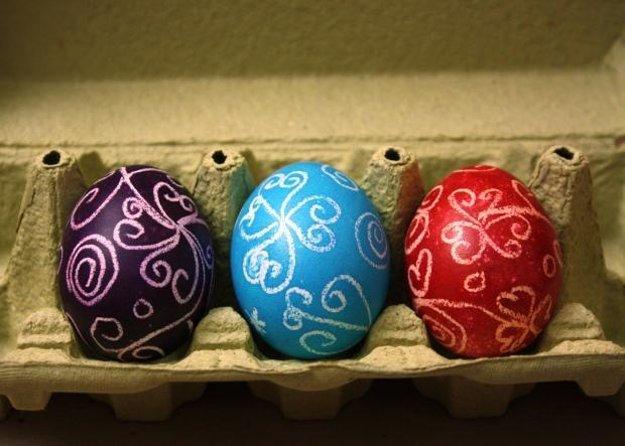 Varené vajíčka zdobené voskom.