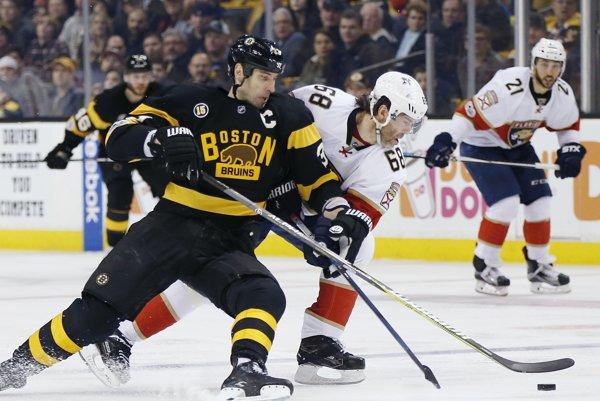 Jaromír Jágr aj ako 45-ročný podáva výborné výkony. Na snímke bojuje o puk s kapitánom Bostonu Bruins Zdenom Chárom.