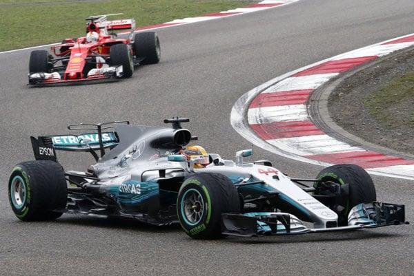 Víťaz veľkej ceny Lewis Hamilton na Mercedese, za ním druhý Sebastian Vettel na Ferrari.