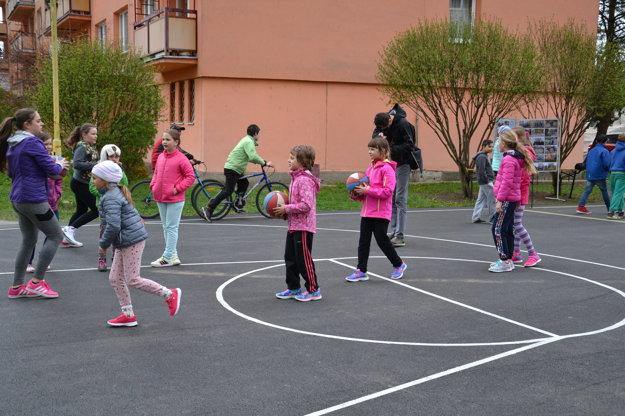 Deti si ihrisko užívajú.