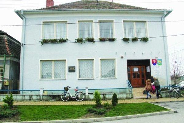 Obecný úrad v Trsticiach.