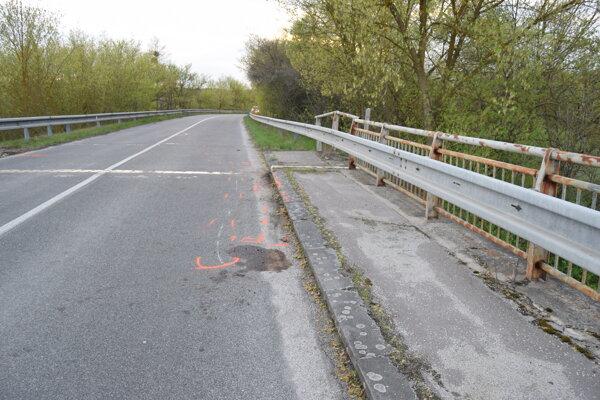 Motocyklista z miesta nehody ušiel. FOTO: polícia