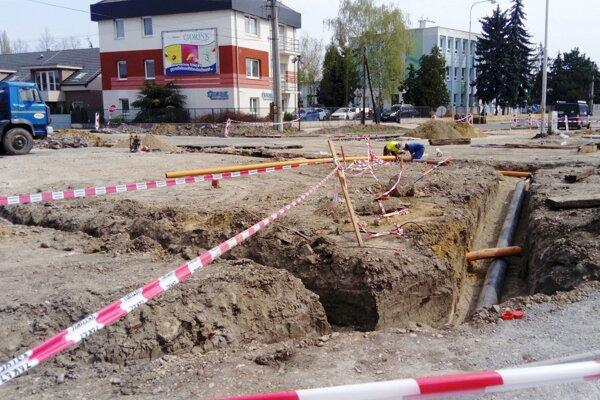 Rozkopaná Ludanská cesta.