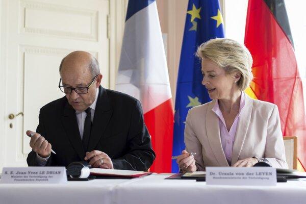 Nemecká ministerka obrany Ursula von der Leyenová a jej francúzsky kolega Jean-Yves Le Drian.