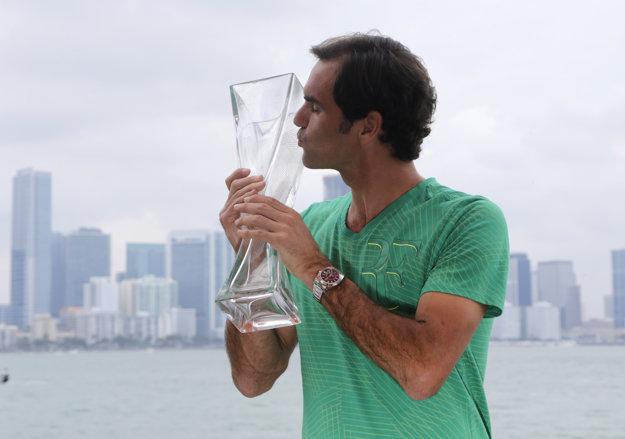 Roger Federer pózuje v Miami s víťaznou trofejou.