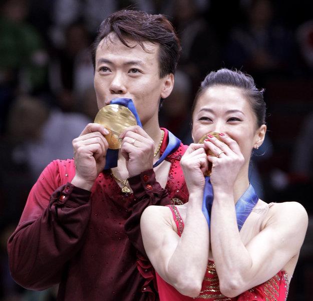 Čínsky krasokorčuliarsky pár Šen Süe, Čao Chungpo bozkáva zlatú medailu po víťazstve v krasokorčuľovaní športových dvojíc na ZOH 2010.