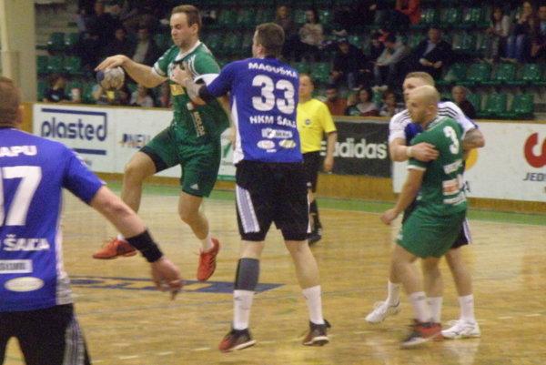 Pri lopte Novozámčan Filip Ficza, ktorému sa vzápase proti Šali strelecky darilo, Štart však ťahal napokon vdueli za kratší koniec.