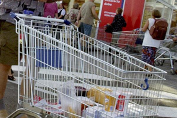 Polícia upozorňuje, že osobné veci a peňaženky do nákupných vozíkov nepatria.