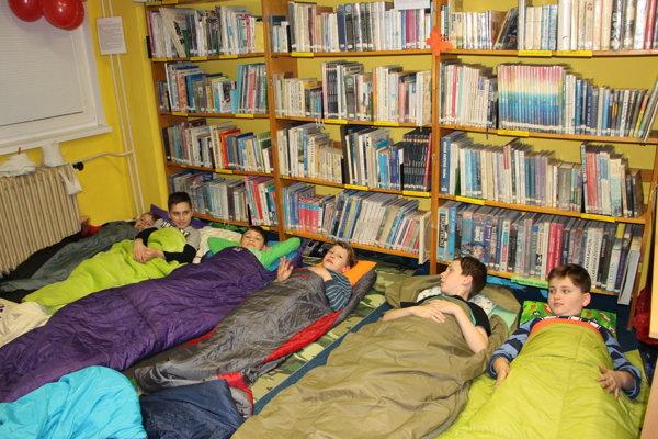 Dobrú noc. Medzi knihami sa zaspáva najlepšie.