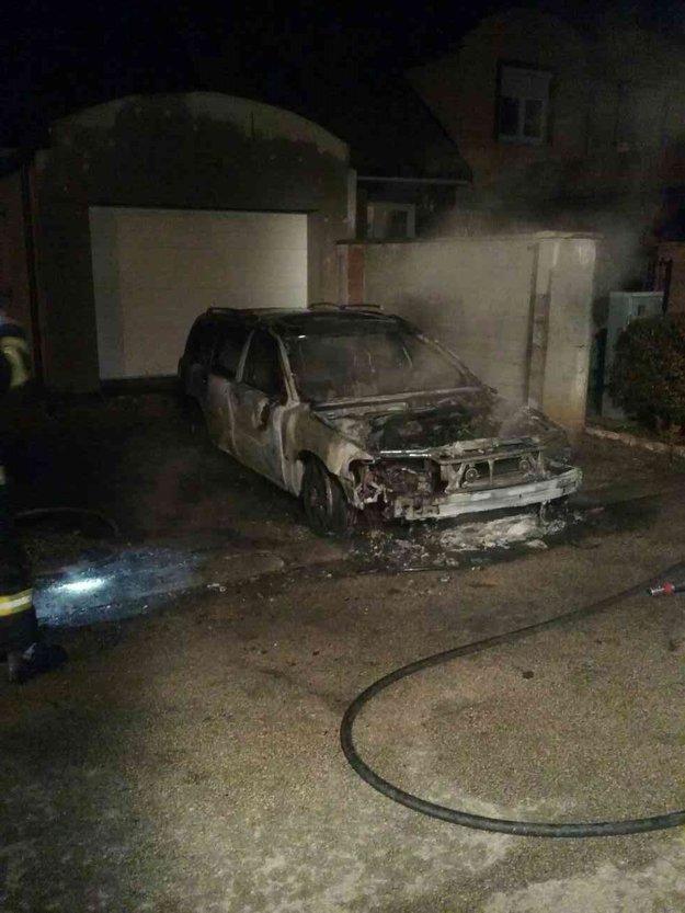 Požiar auta v Šintave.