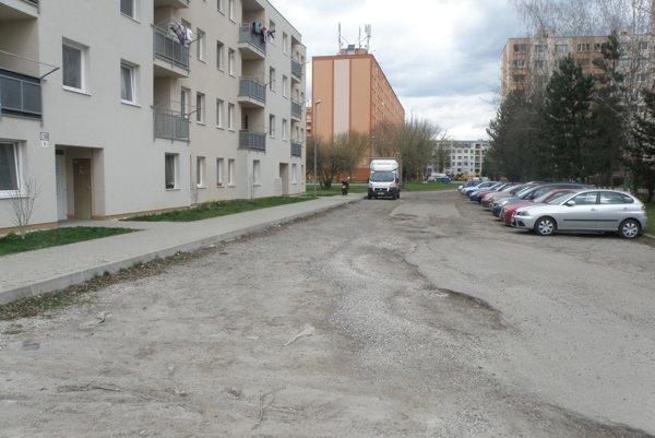 Mesto plánuje štrkovú plochu zmeniť na spevnenú tento rok.