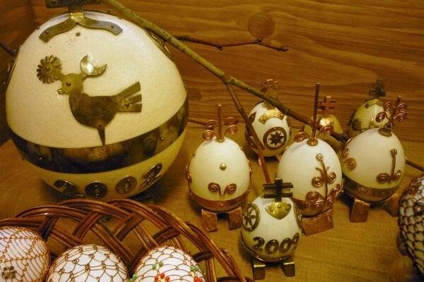 Na žilinskej výstave Čas veľkonočný sa predstavil aj Vít Pieš. Predstavuje vajíčka zdobené drôtom akovom.
