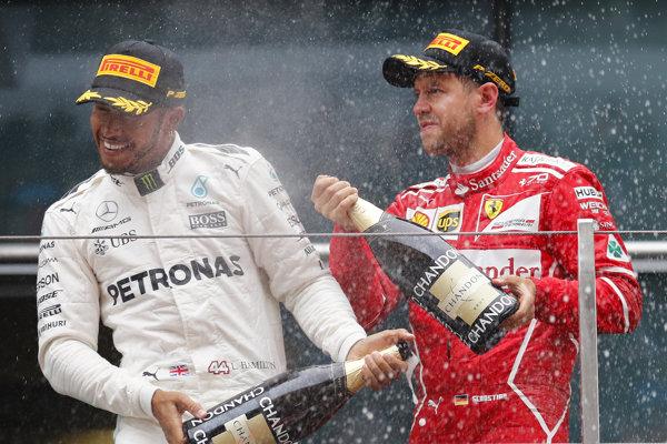 Lewis Hamilton (vľavo) a Sebastian Vettel.