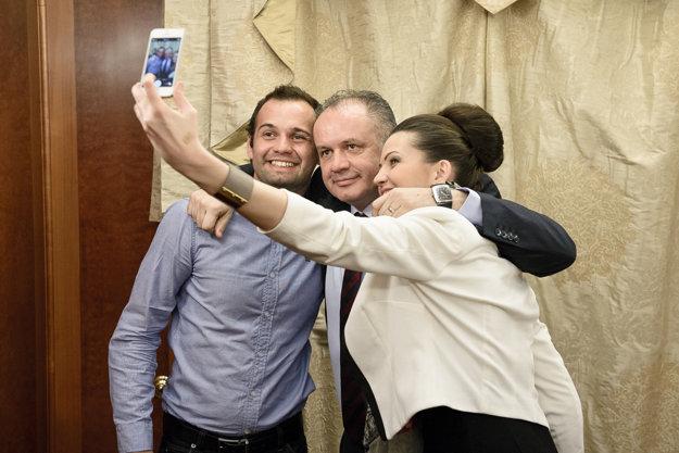 Selfie so synom Andrejom a dcérou Natáliou počas prvej volebnej noci.