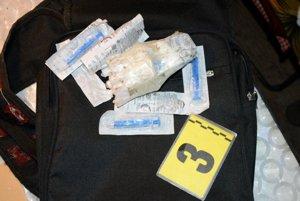 Počas akcie policajti vykonali v Žiline viaceré prehliadky a pri ich výkone zaistili rastlinný materiál aj kryštalické látky.