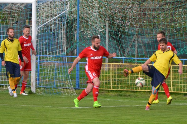 Matúš Balážik (s loptou) poslal domácich do vedenia premenenou penaltou.