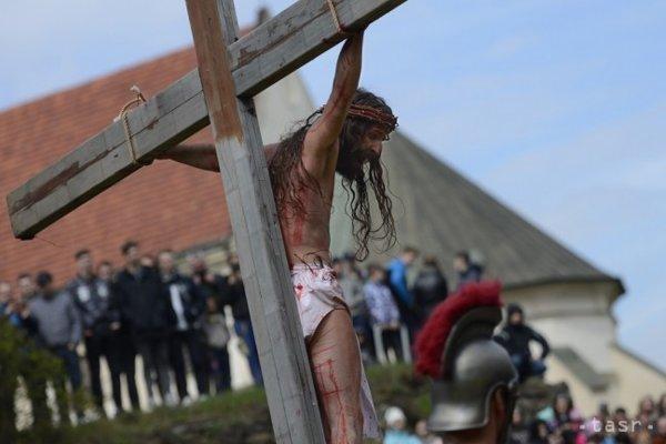Zo živej krížovej cesty na Veľký piatok v Prešove 14. apríla 2017. Na snímke ukrižovaný Ježiš.