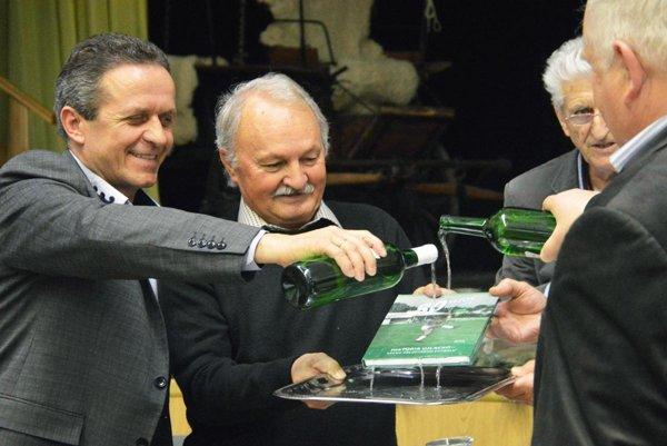 Vladimír Ternény (druhý zľava) na krste knihy o histórii futbalu vo Veľkom Záluží.