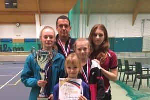Zľava: Renáta Lacenová, učiteľ TŠV Peter Schwarz, Carolina Korf, Adriana Illášová a Ivana Gunišová.