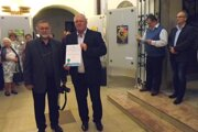 Diplom si prevzali starosta obce Kmeťovo Pavol Toman azostavovateľ knihy Marián Manduch.