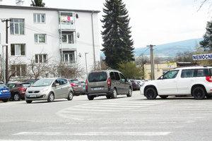Toto je oficiálne parkovisko pred nemocnicou. Zaplnené takmer celý deň.