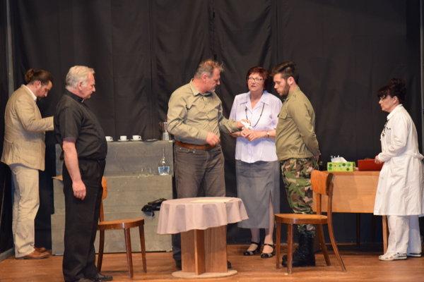 Momentka z predstavenia Inferno v podaní Divadla G v Trebišove.