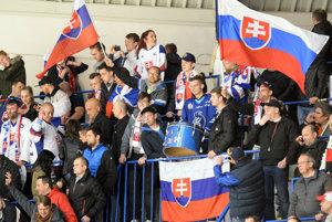 Na snímke fanúšikovia Slovenska počas zápasu skupiny A na majstrovstvách sveta v hokeji hráčov do 18 rokov Slovensko - Fínsko na zimnom štadióne v Poprade 13. apríla 2017.