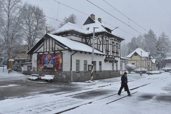 Na snímke muž prechádza cez koľajnice neďaleko železničnej stanice v Tatranskej Lomnici.