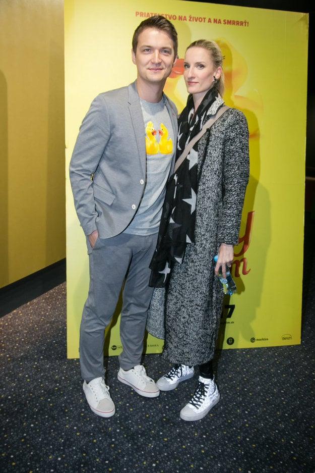 Slávni snúbenci. Adela a Viktor nechýbali na premiére, lebo moderátor si vo filme strihol rolu.