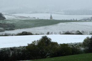 Po niekoľkých týždňoch boli lúky v okolí Zvolenskej Slatiny opäť biele.