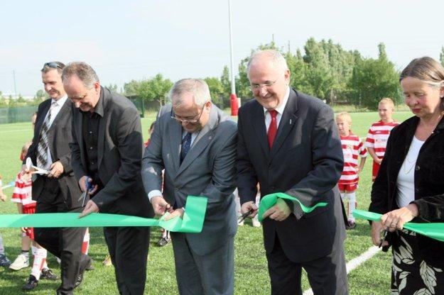 Areál v roku 2009 slávnostne otvárali (zľava) primátor Senca Karol Kvál, minister školstva Dušan Čaplovič a župan Vladimír Bajan. Prišla aj veľvyslankyňa Nórska Brith Lovsethová.