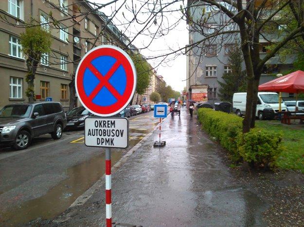 Zrušená zastávka. Na Tomášikovej čakali cestujúci na náhradný autobus X2 márne. Trasu tejto linky ráno zmenili.